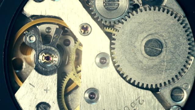 Abrió-la-mano-relojes-Extreme-Close-up-macro-de-mecanismo-en-movimiento-Tiempo-corre-imágenes-concepto-4K
