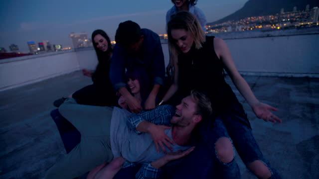 Hipster-Freunde-tanzen-und-sprechen-auf-eine-Partei-auf-dem-Dach
