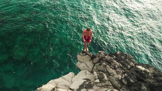 Vista-aérea-salto-desde-acantilado-en-al-mar