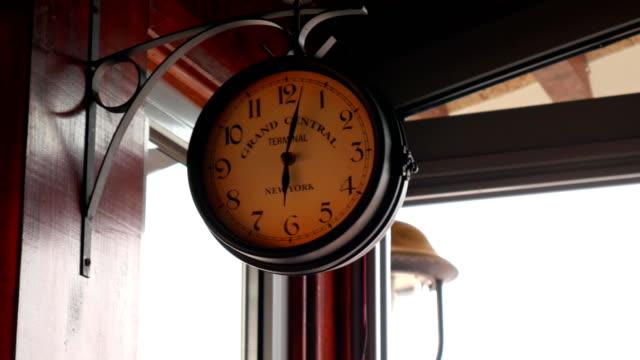 Reloj-de-pared-vintage-en-un-metal-forjado-soporte-en-pared
