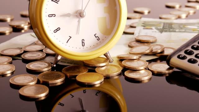 Wecker-auf-Münzen-und-Banknoten