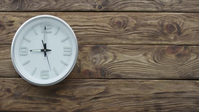 Zeitraffer-zeigen-neun-Uhren