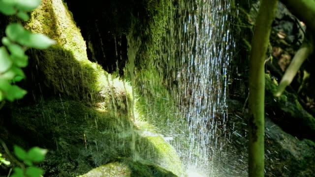 Zeitlupe-Wasserfall-Strom-in-Bergen-in-high-Speed-Frame-rate