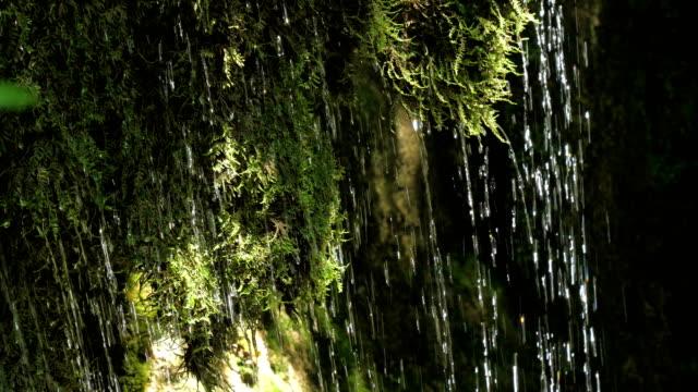 Lenta-cascada-arroyo-en-las-montañas-en-la-velocidad-de-fotogramas-de-alta-velocidad