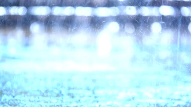 Slow-Motion-Regen-fällt-zu-Boden-Nahaufnahme-sehen