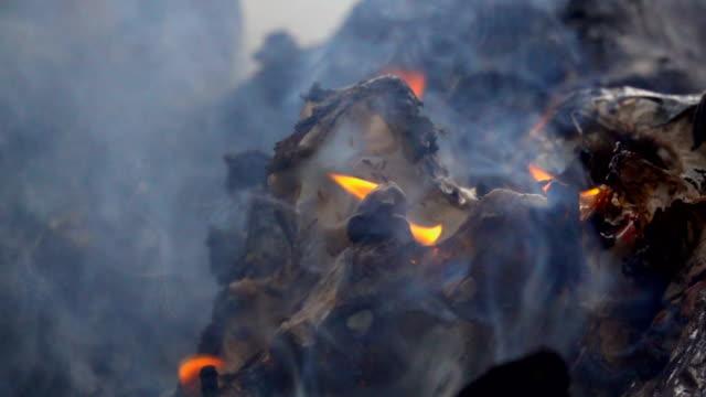 Movimiento-lento-humo-del-fuego-que-quema-basura-en-fondo-oscuro-