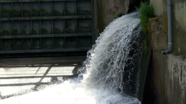 Agua-que-cae-en-hidroeléctrica-en-4-k-lenta