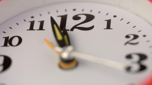 Hände-die-Kennzeichnung-der-Zeit-Fast-Timelapse-Zeit-vorbei-Symbol-Vergangenheit-Uhr