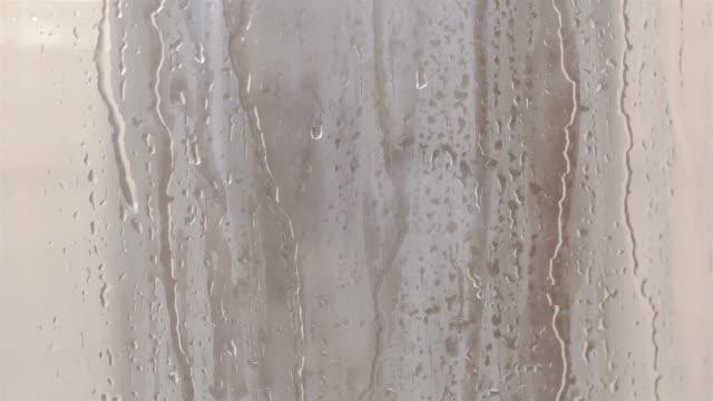 Gotas-de-agua-sobre-el-vidrio-de-la-ventana-en-4-k-lenta-60fps