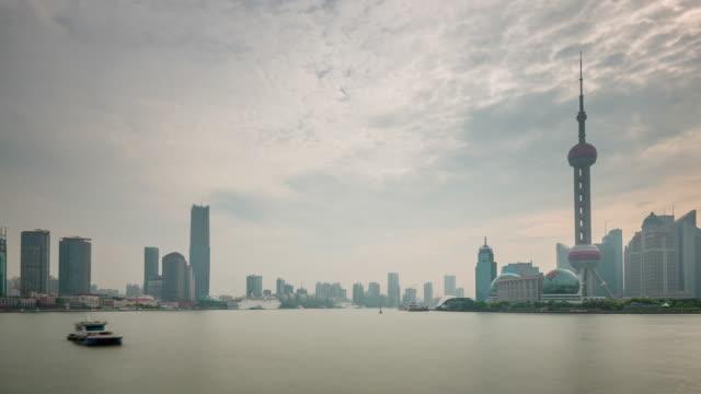 cielo-del-atardecer-lluvioso-China-shanghai-panorama-de-la-bahía-de-Río-de-ciudad-4k-lapso-de-tiempo