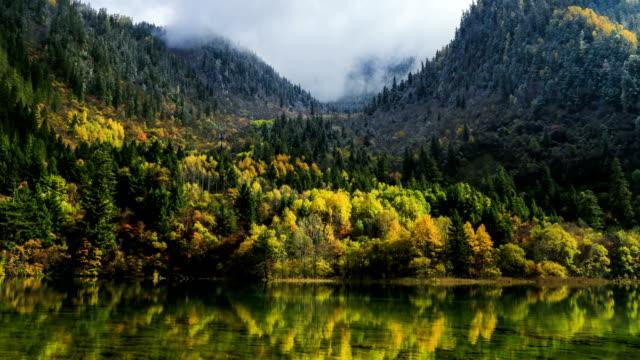 Lago-de-colores-cascada-bosque-montañas-en-Jiuzhaigou-en-China