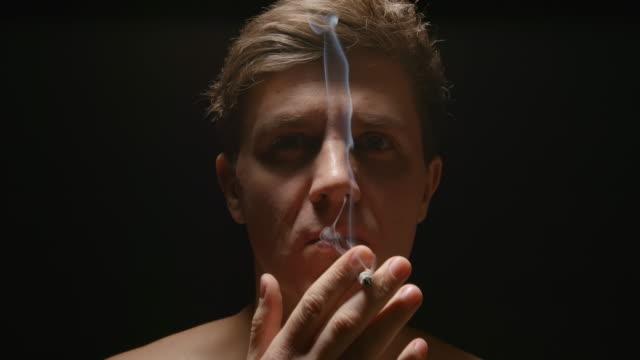 SLOW-MOTION:-Fumador-bajo-una-luz