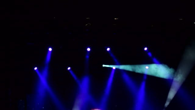 Luces-de-la-etapa-azul-espectáculo-de-luz-en-concierto-