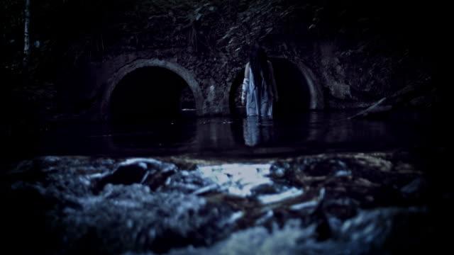 4K-Horror-Frau-zu-Fuß-im-Flusswasser