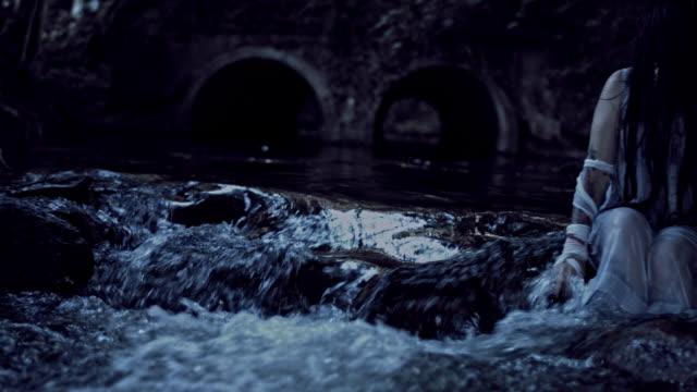 4K-Horror-mujer-temblando-mojado-en-Río
