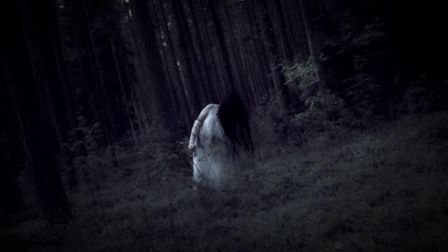 4K-Horror-Frau-bewegt-sich-komisch-in-Dark-Forest