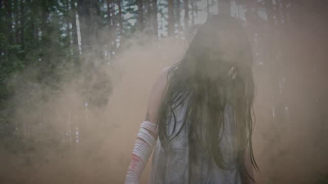 4-K-Horror-Frau-im-Wald-mit-Rauch-keine-Farbkorrektur