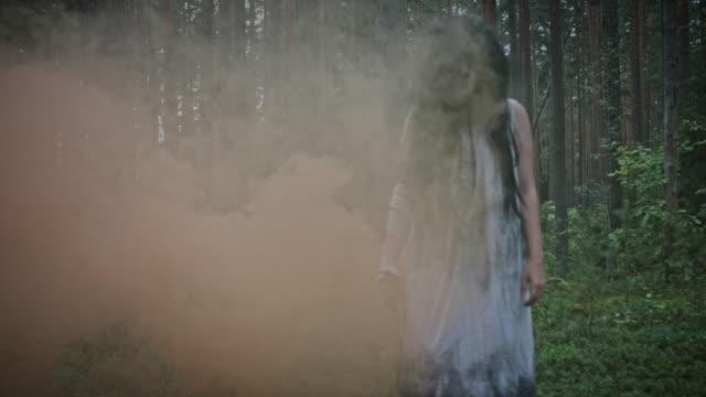 4-K-Horror-mujer-en-el-bosque-con-humo-sin-corrección-de-color