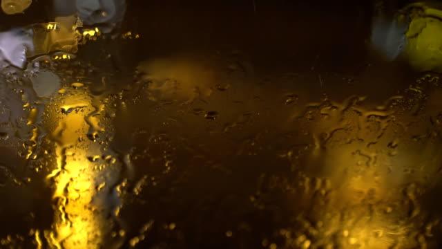 die-Strömung-von-Wasser-auf-der-Windschutzscheibe-bei-starkem-Regen