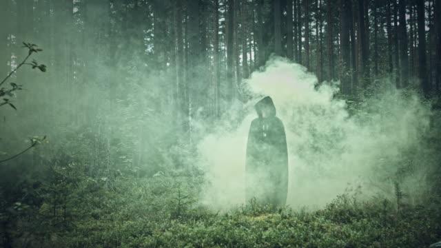 4K-Halloween-Horror-hombre-con-máscara-de-cerdo-caminando-en-bosque