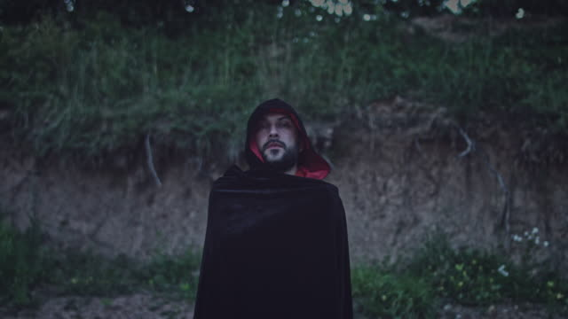 4K-Halloween-Horror-hombre-con-capa-negra-mirando-mal