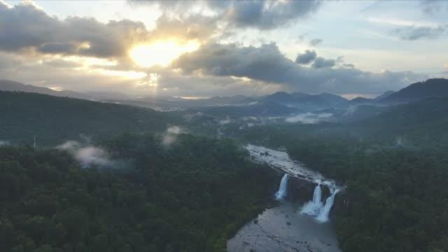 Luftaufnahme-der-majestätischen-Dschungel-Wasserfälle