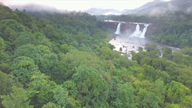 Wasserfall-umgeben-von-üppig-grünen-Wald-Luftbild