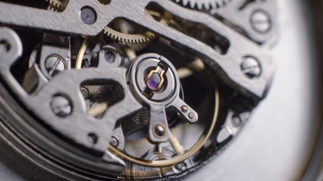 Reloj-tourbillon-giratorio-macro-slowmotion