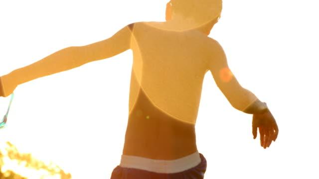 Dreame-escena-de-niños-jugando-con-salpicaduras-de-agua-durante-el-atardecer-4-clip-k-chorro-Cándido-ensueño-60fps-de-niño-jugando-por-sí-mismo-fuera-de