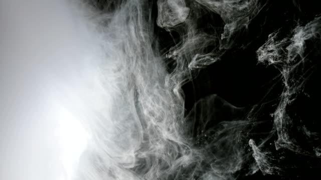 Abstracta-fondo-blanco-pintura-en-agua-como-el-humo