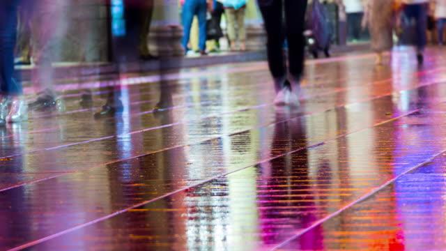 nanjing-calle-peatonal-camino-mojado-piso-4k-timelapse-de-china-de-Shangai-de-noche