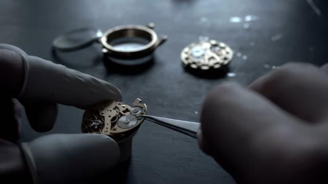 Uhrmacher-arbeitet-Reparatur