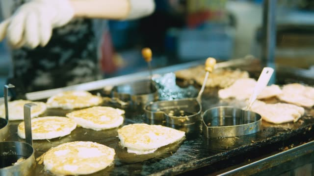 chicken-dice-cooking-and-flamed-on-bbq-grill-oven-Night-market-street-food-vendor-in-Taiwan