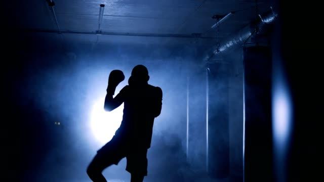 Boxer-trainieren-in-einem-Boxclub-Silhouette