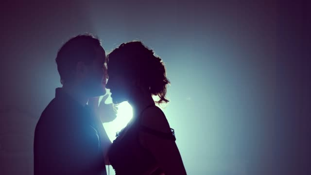 Bailarines-en-amor-se-aferran-uno-al-otro-al-final-de-la-danza-Baile-de-pareja-de-silueta-Humo
