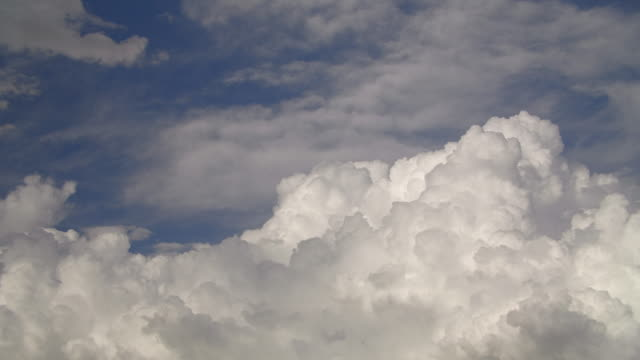 TimeLapse---Thunderstorm-clouds-are-growing