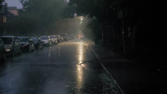 Schuss-von-einer-Straße-in-der-Nacht-während-eines-Sturms-Ity-etablieren-