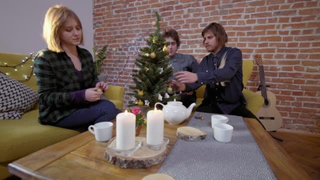 Amigos-decorando-el-árbol-de-Navidad