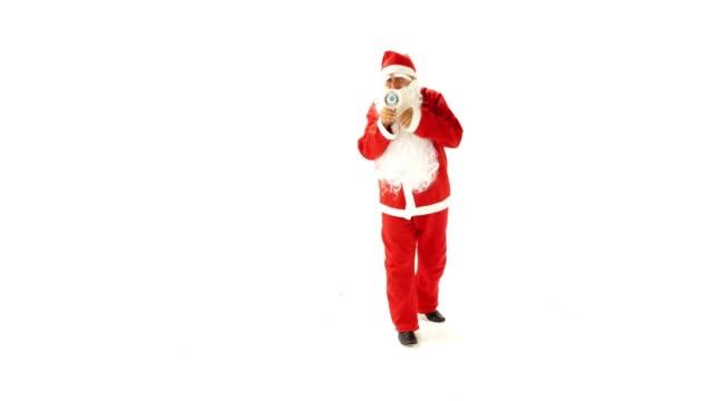 Santa-Claus-está-haciendo-un-anuncio-contra-el-fondo-blanco