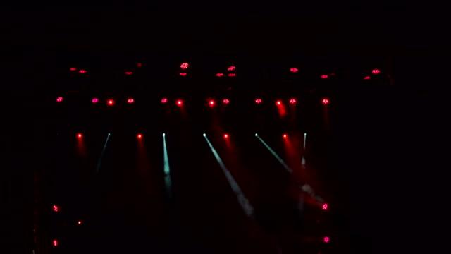 Luces-del-escenario-rojo-espectáculo-de-luz-en-el-concierto-