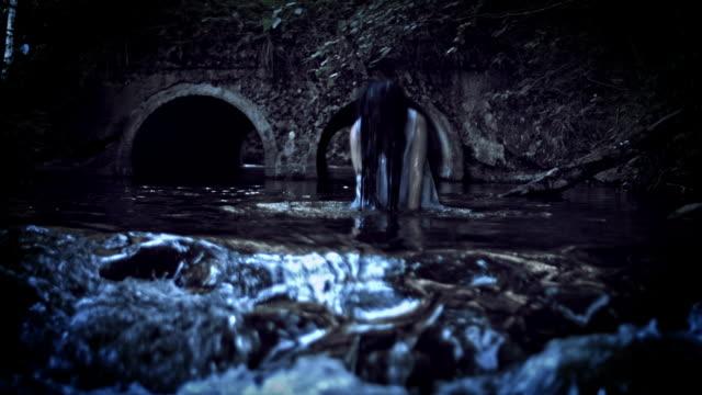 4K-Horror-Frau-einweichen-in-Wasser-Fluss-umkehren