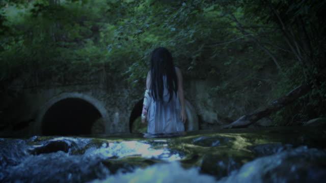 4K-Horror-Frau-stehend-In-dunklen-Fluss-nicht-bearbeitet