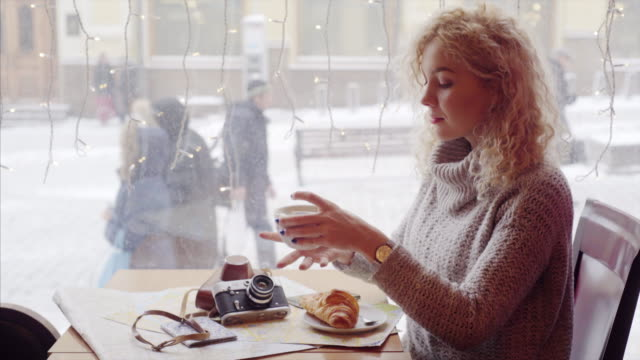 woman-in-cafe