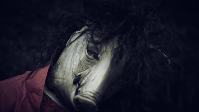 4K-Halloween-Horror-hombre-con-máscara-de-cerdo-retrato