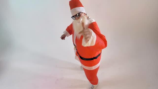 Santa-Claus-artist-invites-the-viewer-to-dance-