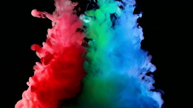 Pintura-rojo-verde-azul-RGB-en-el-agua-creando-formas-artísticas