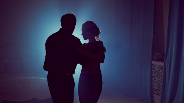 Joven-pareja-bailando-música-Latina-Baile-de-pareja-de-silueta-Humo