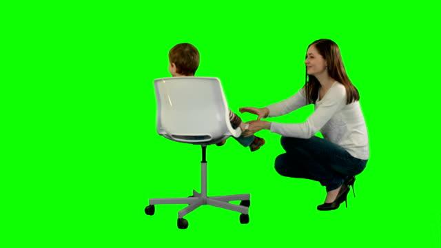 Madre-y-niño-jugar-juego-en-una-pantalla-verde