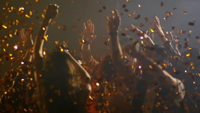 Gente-feliz-bailando-en-la-ducha-de-confeti