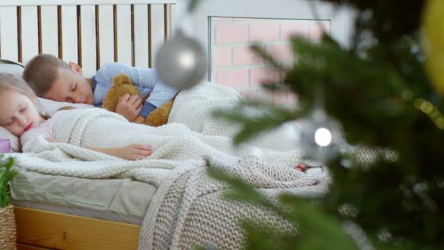 Lindo-hermano-y-hermana-para-dormir-profundamente